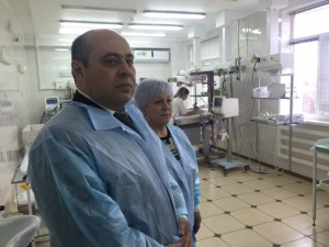 Министр здравоохранения КЧР Казим Шаманов и заместитель директора по экономике и финансам Анисат Братова посетили детскую реанимацию